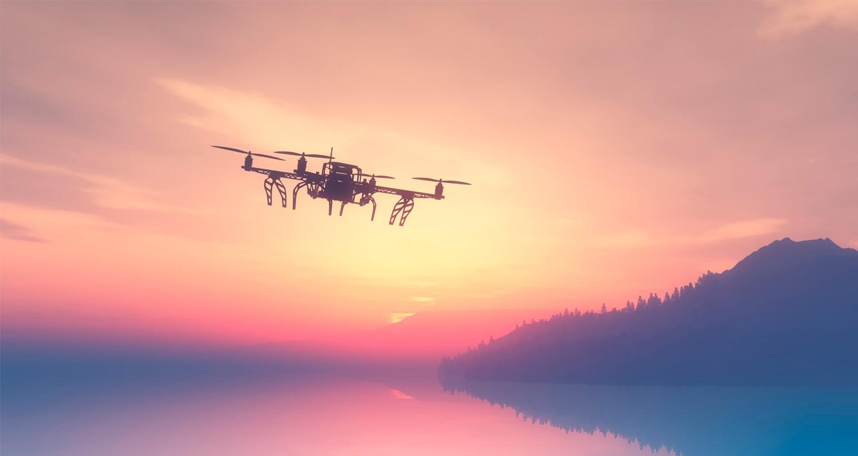 Беспилотный летательлый аппарат (дрон) над водой